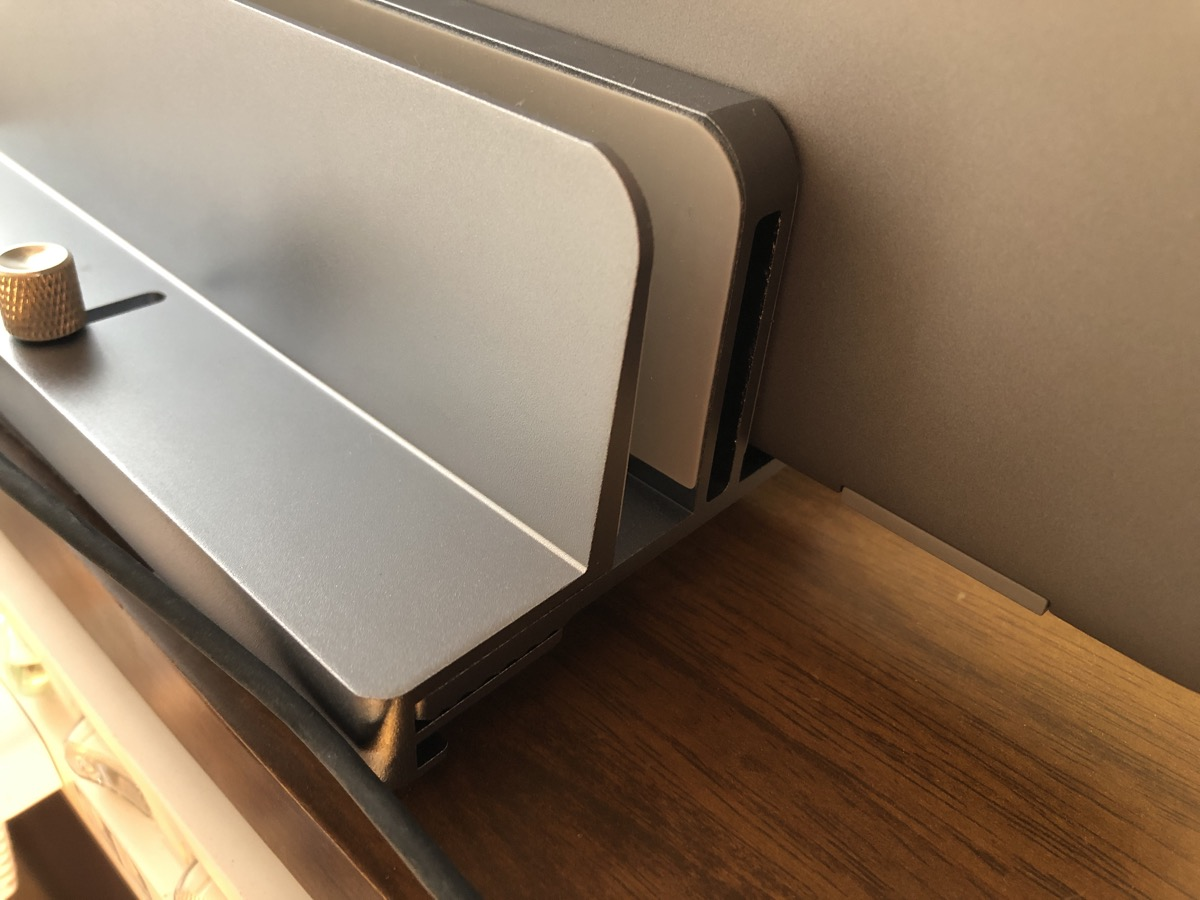 幅調整可能 MOTTERU (モッテル) ノートPCスタンド 縦置き 2台収納 収納幅調節可能 手回しネジ
